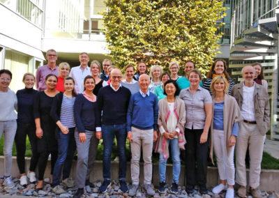 Gruppenfoto der Teilnehmer des Ausbildungskurses 2019/2020, in der Mitte vorne die Dozenten Dr. med. Ulrich Bauhofer und Dr. med. Wolfgang Schachinger
