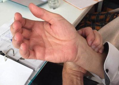 Zuerst wird die ayurvedische Selbst-Pulsdiagnose erlernt. Teil der Diagnose ist das Erfühlen aller relevanten ayurvedische Prinzipien und die systematische Analyse dieser Qualitäten.