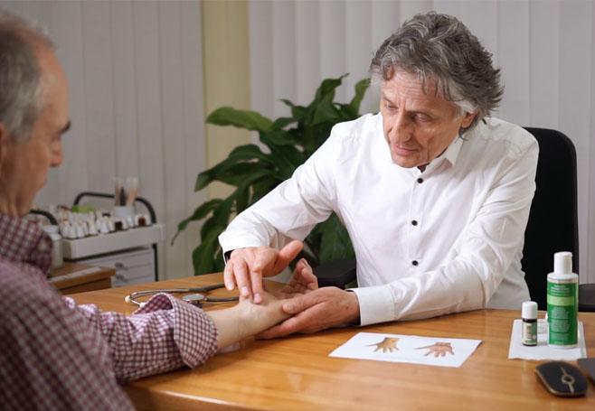 Dr. med- Ernst Schrott praktiziert die Sukshma Marma-Therapie und behandelt damit erfolgreich ein Karpaltunnelsyndrom